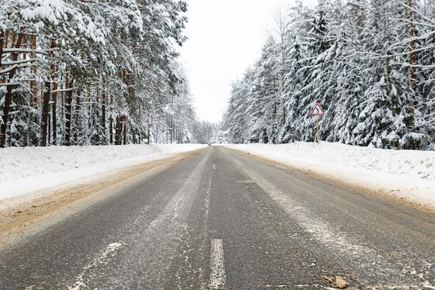 Zimowa droga w śnieżny mroźny las krajobraz