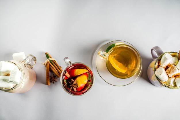 Zimowa jesień tradycyjne napoje - latte dyniowe, gorąca czekolada, herbata z cytryną, grzane wino