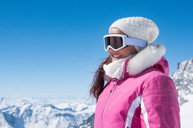 Zimowa kobieta w gogle narciarskie