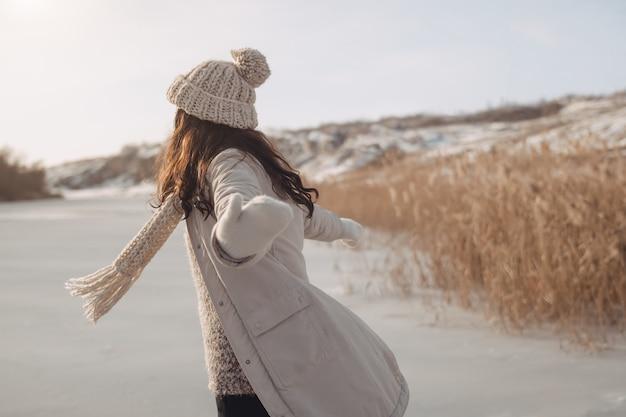 Zimowa kobieta zabawy na świeżym powietrzu na przyrodzie