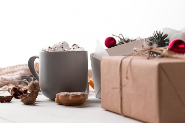 Zimowa kompozycja. prezenty i kubek z pianką