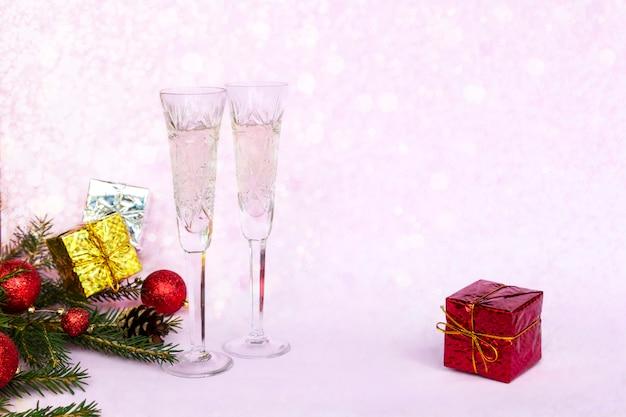 Zimowa kompozycja świąteczna z dwiema lampkami szampana