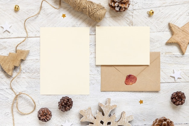 Zimowa kompozycja świąteczna z kartkami i zaklejoną kopertą płasko leżącą