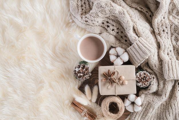 Zimowa kompozycja z filiżanką kawy i prezentowym pudełkiem