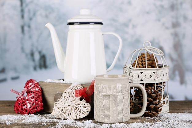 Zimowa kompozycja z gorącym napojem na powierzchni natury