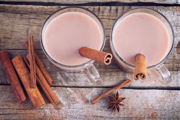 Zimowa kompozycja z kilkoma filiżankami gorącego kakao i cynamonu