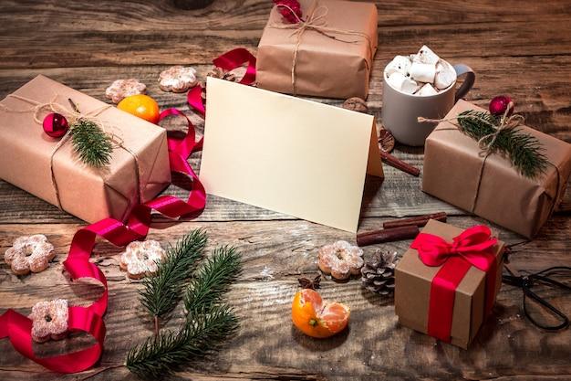 Zimowa kompozycja z prezentami i kubek z pianką
