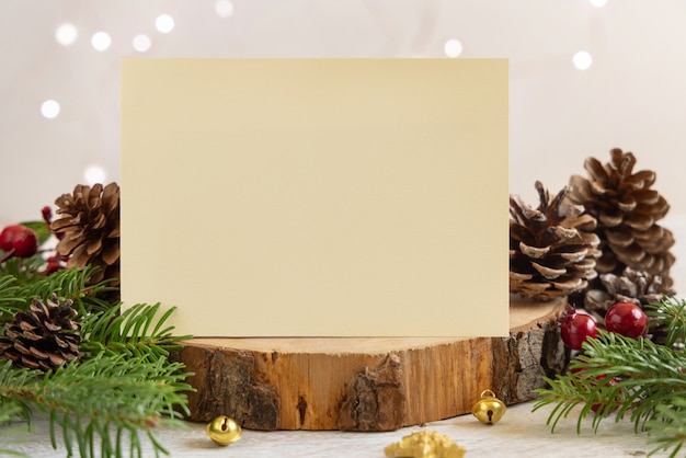 Zimowa kompozycja z pustą kartą i gałęzie jodły z bliska. boże narodzenie i nowy rok szablon karty z pozdrowieniami z tłem światła. makieta wakacje.