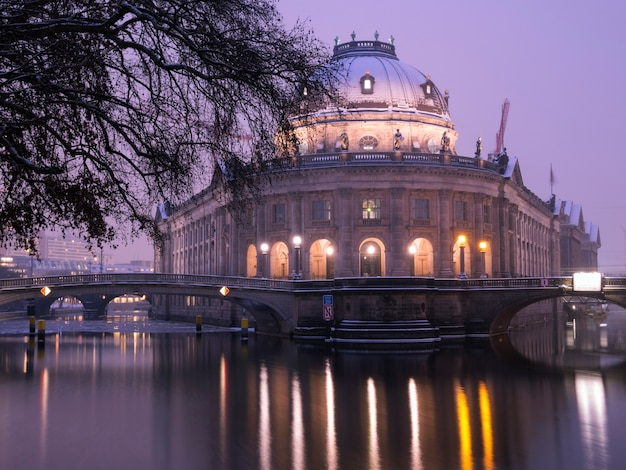 Zimowa noc nad szprewą z malowniczym widokiem na słynne muzeum bodego w berlinie