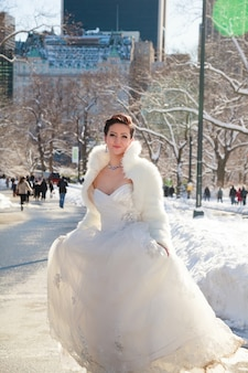 Zimowa panna młoda panna młoda zimą na tle nowojorskiego centralpark