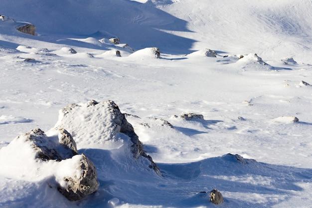 Zimowa panorama górska. skały i śnieg.