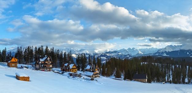 Zimowa panorama górska z domami na stoku (wysokie tatry, słowacja).