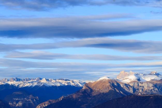Zimowa panorama z monte grappa we włoszech