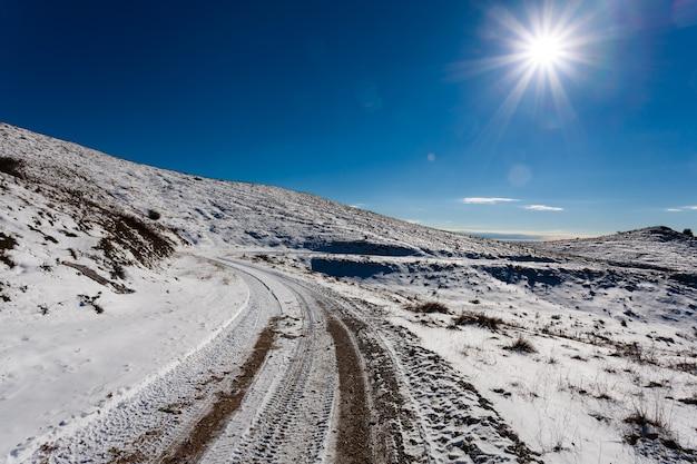 Zimowa panorama z włoskich alp. polna droga ze śniegiem.