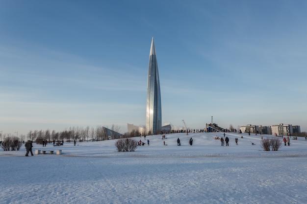 Zimowa rozrywka dzieci i rodziców na świeżym powietrzu.