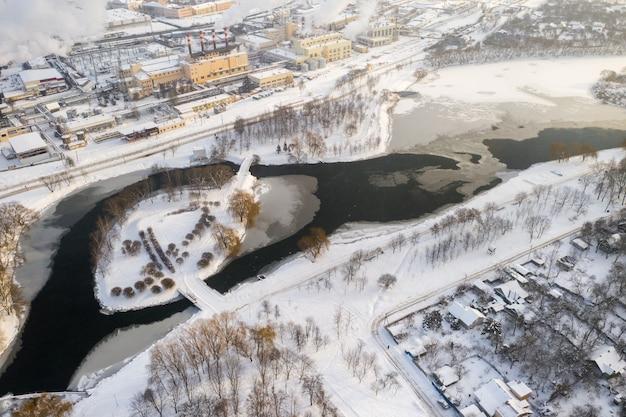 Zimowa rzeka świsłocz z wyspą w centrum mińska na białorusi