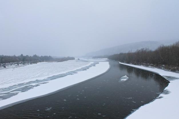 Zimowa rzeka w karpatach