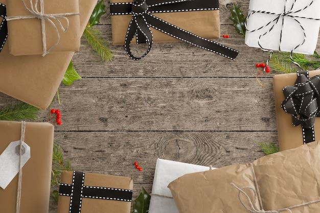 Zimowa scena prezentowa z zapakowanymi prezentami, gałęziami ostrokrzewu i jodły