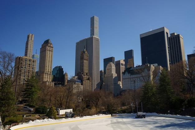 Zimowa scena w central parku. wollman rink, manhattan, nowy jork