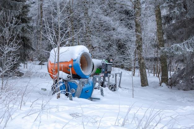 Zimowa scena w strefie odpoczynku w pobliżu lasu. ławki i bałwany, leśna droga