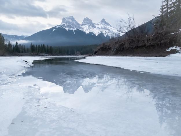 Zimowa sceneria górska z trzema szczytami, górą trzech sióstr, nakręcony w canmore, kanada