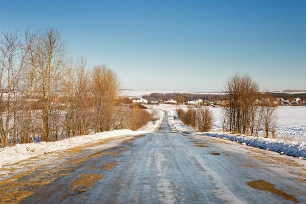 Zimowa śliska droga z zakrętami przechodzącymi w horyzont