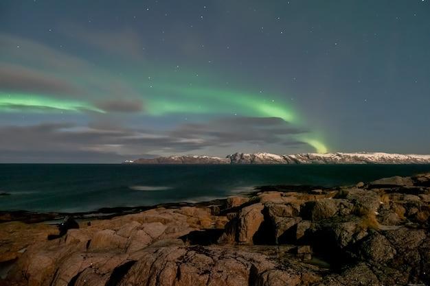 Zimowa teriberka. wieczorny krajobraz polarny z aurora borealis.