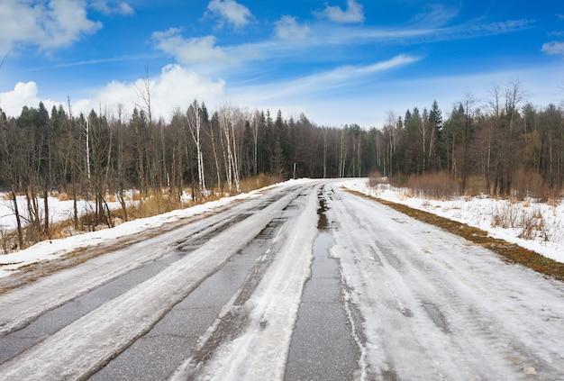 Zimowa wiejska droga na tle nieba