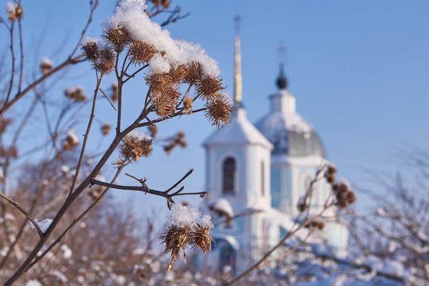 Zimowa wioska jurasowo. świątynia ku czci kazańskiej ikony matki bożej.