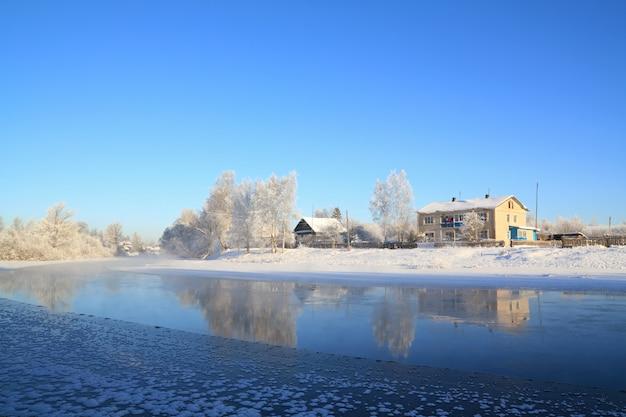 Zimowa wioska na wybrzeżu rzeki