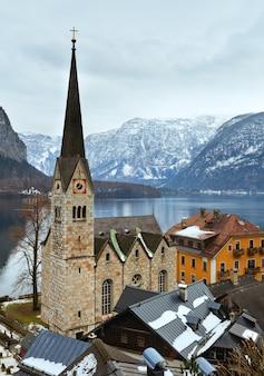 Zimowe alpy hallstatt miasto i jezioro hallstatter zobacz widok (austria)