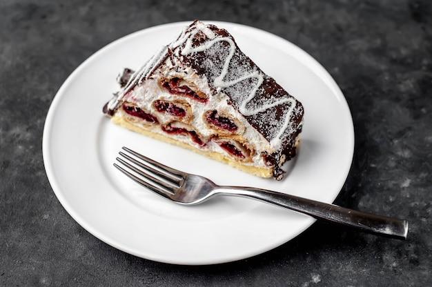 Zimowe ciasto wiśniowe w białej płytce