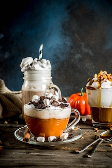 Zimowe ciepłe napoje na jesień, gorącą czekoladę, latte dyniowe, latte z karmelem i kawą orzechową, grzane wino