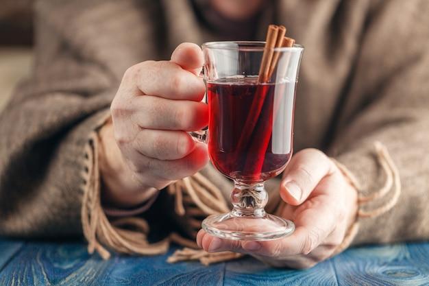Zimowe czerwone wino przyprawione na gorąco w szklanym kubku