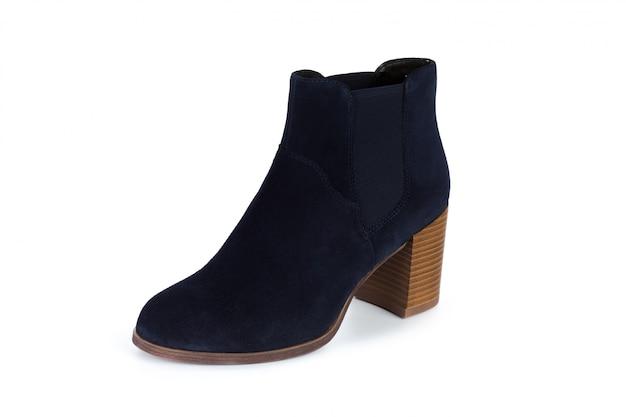 Zimowe damskie skórzane buty na białym tle