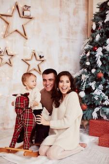 Zimowe dekoracje świąteczne. ciepłe kolory. portret rodzinny.