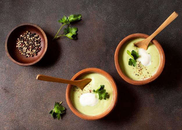 Zimowe jedzenie zupa brokułowa w miseczkach z przyprawami