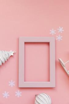 Zimowe obiekty ozdoba jodły w różowej ramce na białym tle na różowym tle