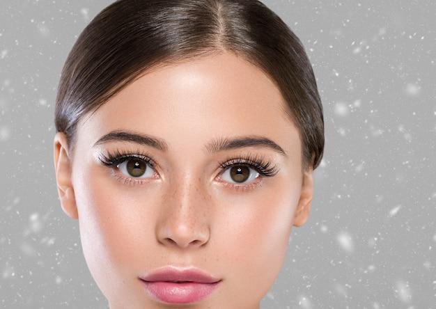 Zimowe oczy rzęsy twarz kobiety z bliska naturalny makijaż zdrowej skóry. strzał studio.