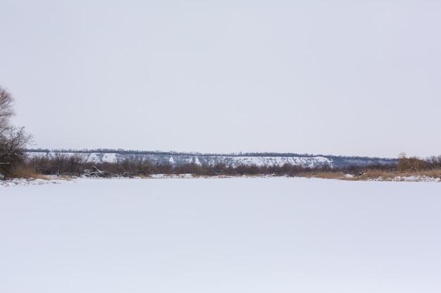 Zimowe pole usiane śniegiem