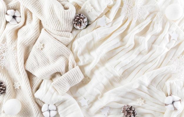 Zimowe przytulne tło z kwiatem bawełny, płatkiem śniegu, szyszkami i bombkami