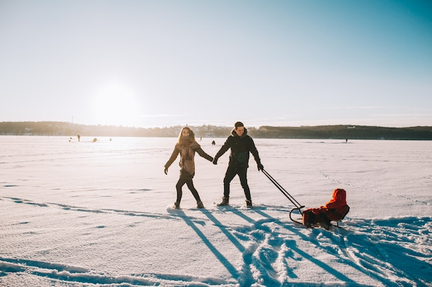 Zimowe rodzinne dziecko sanki
