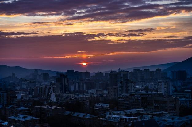 Zimowe słońce wschodzi nad centrum tbilisi w gruzji