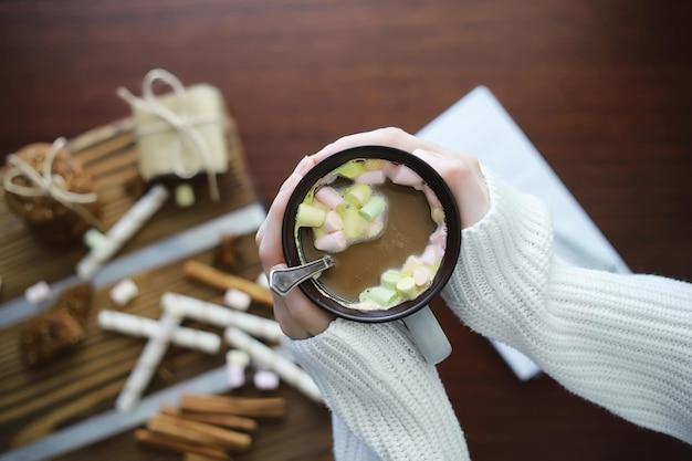 Zimowe śniadanie. Kubek Gorącej Czekolady Z Piankami Marshmallow I świeżo Upieczonymi Ciasteczkami. Piernikowe Ciastko I Kawa. Premium Zdjęcia