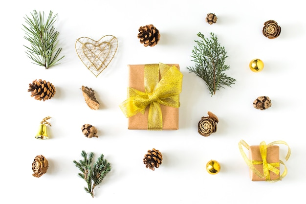 Zimowe symbole wokół prezentu