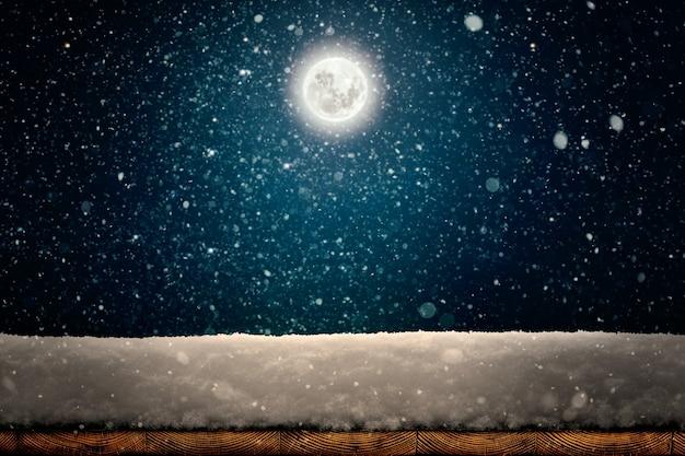 Zimowe tło boże narodzenie ze śniegiem na drewnie
