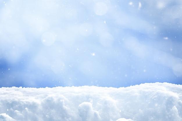 Zimowe tło bożego narodzenia ze śniegiem i spadającymi płatkami śniegu