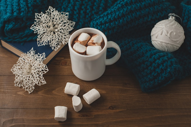 Zimowe tło do domu - kubek gorącej kakao christmas ball i płatki śniegu