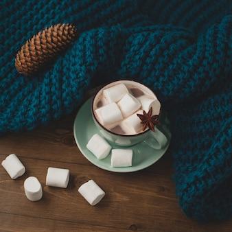 Zimowe tło domu - kubek gorącego kakao z pianką
