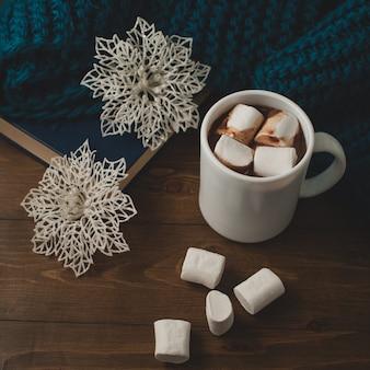 Zimowe tło domu - kubek gorącej kakao boże narodzenie i płatki śniegu